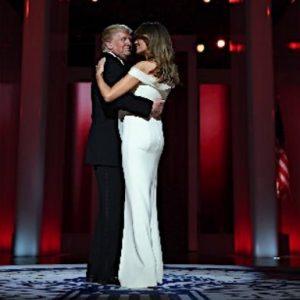 舞踏会ではダンスを踊るドナルド・トランプ大統領